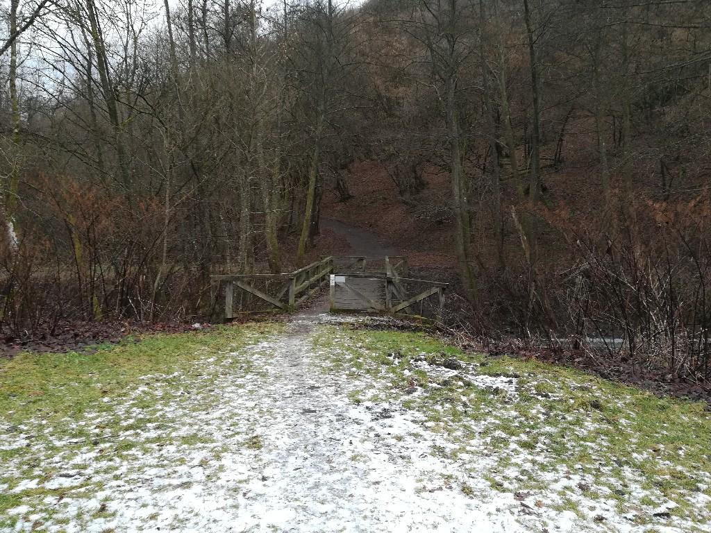 Die Brücke führt hoch zur römischen Wasserleitung