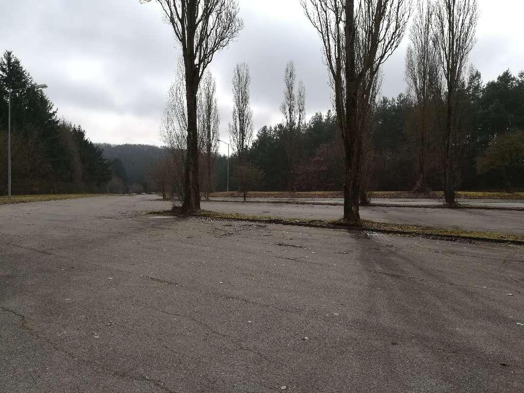 Der Parkplatz am Grüneberg bietet reichlich platz